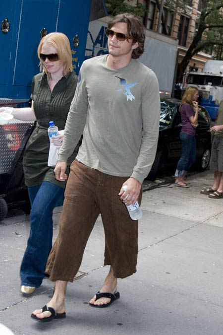 When did guys start wearing capri pants?-0831_ashton_kutcher_capris.jpg