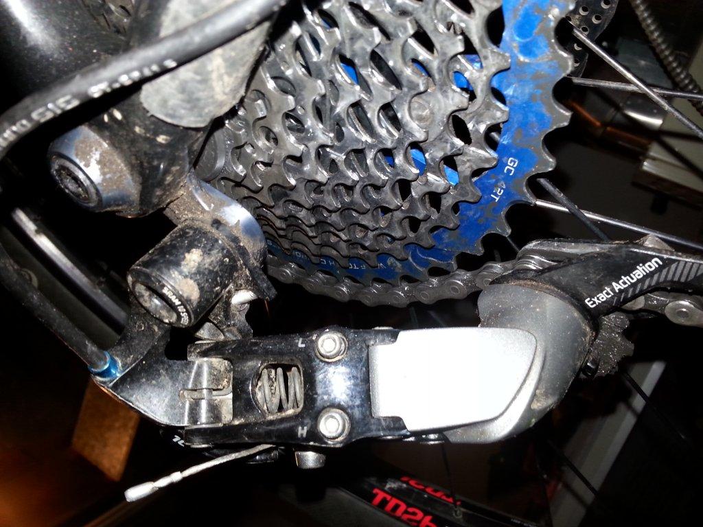 Chain riding up on cog teeth.-20151127_192427.jpg
