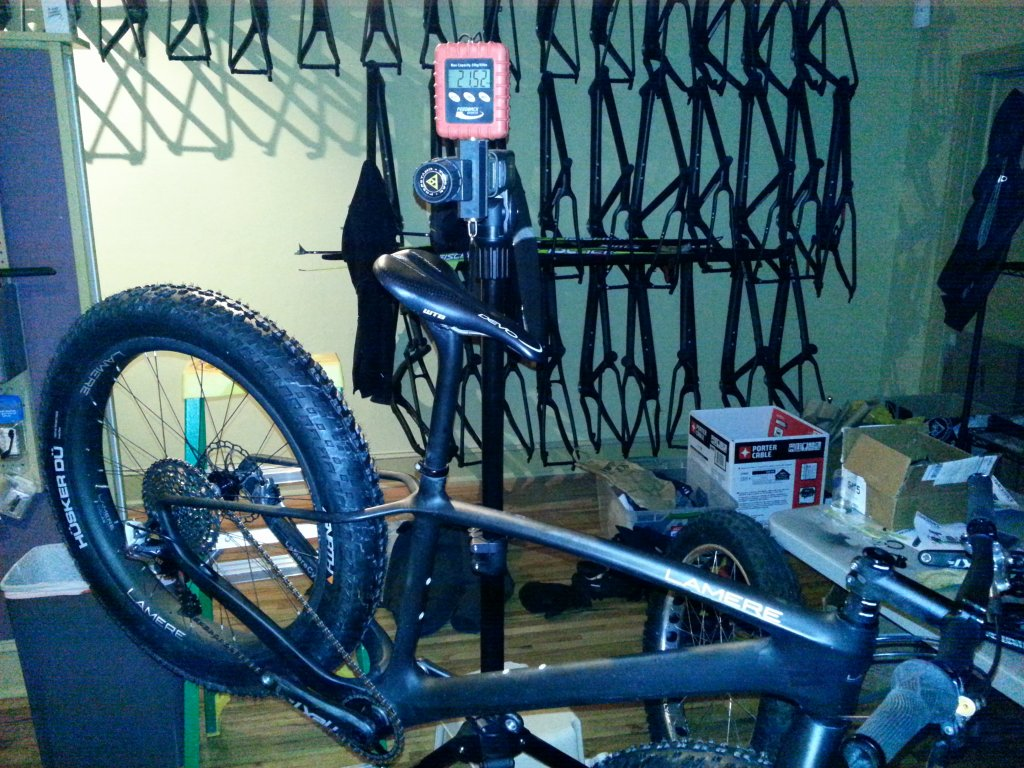 Lightest Fatbike-21.52lbs-complete-fatbike-tubeless-w-fluid-closeup.jpg