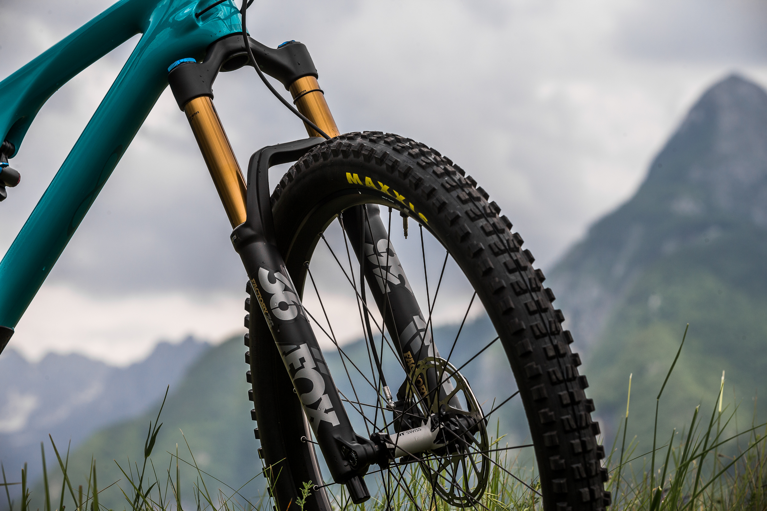 Girthy 2.6 Maxxis tires front and rear reveal the intentions of this highly capable trail bike.