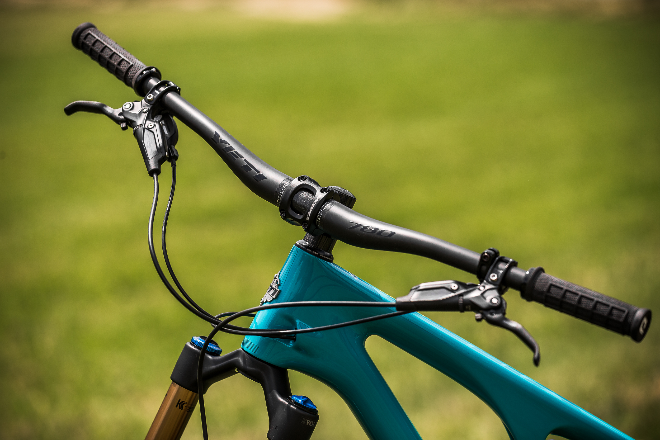 The 50mm stem and 780mm bars help keep rider weight over the front wheel, enhancing traction and control.