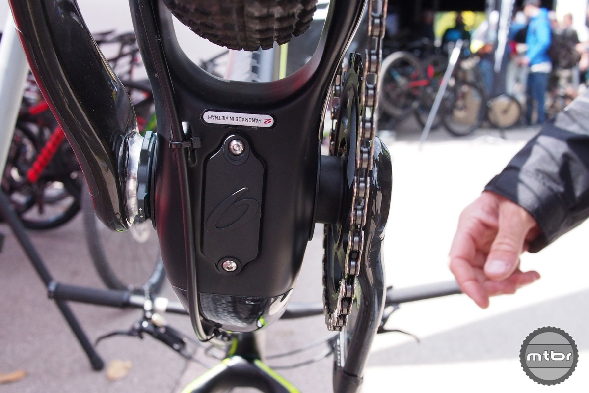 The hatch at the bottom of the frame makes cable routing easier.