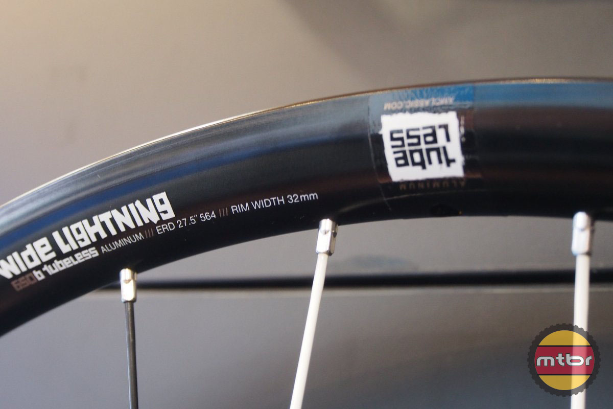 Wide Lightning Rim Profile - Tubeless with 32 mm external width