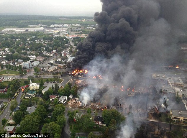 train derailment-article-2357352-1ab07238000005dc-23_634x468.jpg