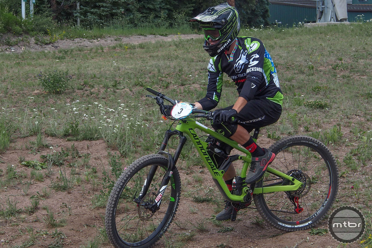 Clementz makes some final adjustments to his set-up just before the start of stage 1 in Colorado. The bike he is aboard looks to be a 160mm 27.5 enduro rig that is the likely successor to the current Cannondale Jekyll.