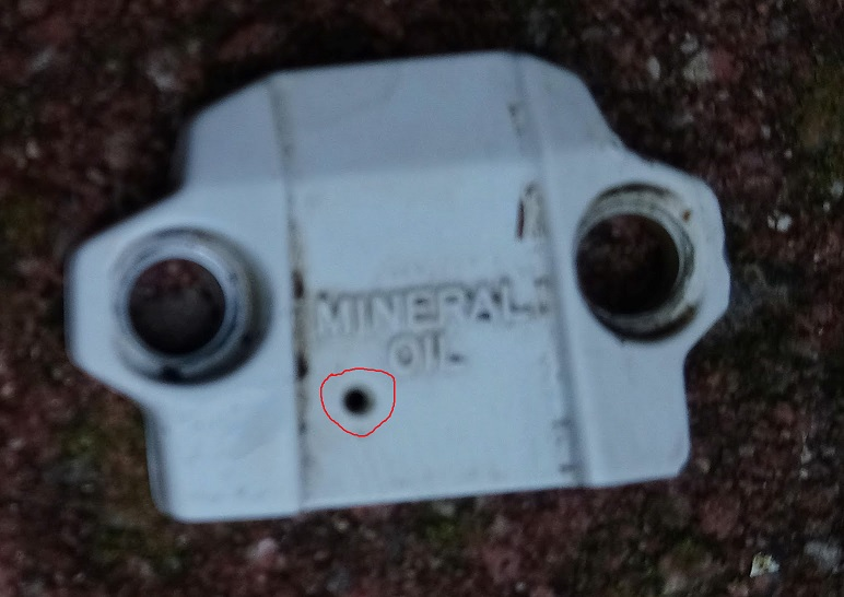 Shimano Brakes M575 - hole in reservoir cap?-dsc_0432.jpg