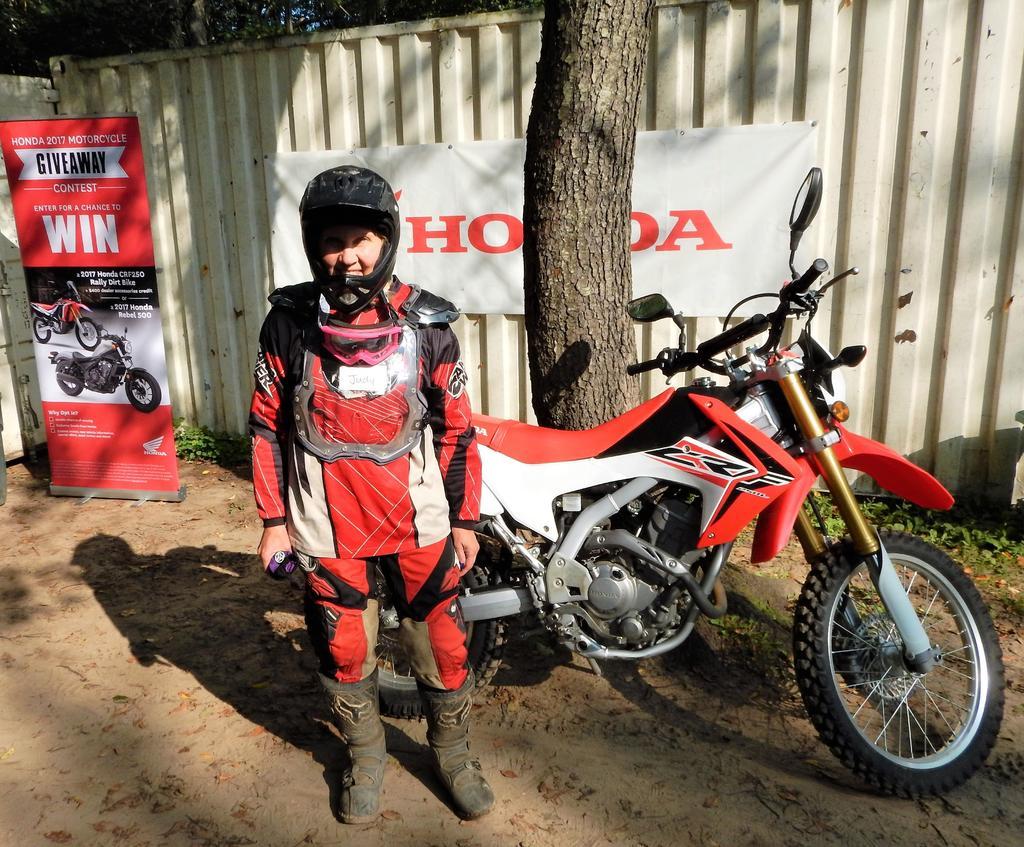 Do any of you guys wear motocross helmets for downhill?-dscn8917.jpg
