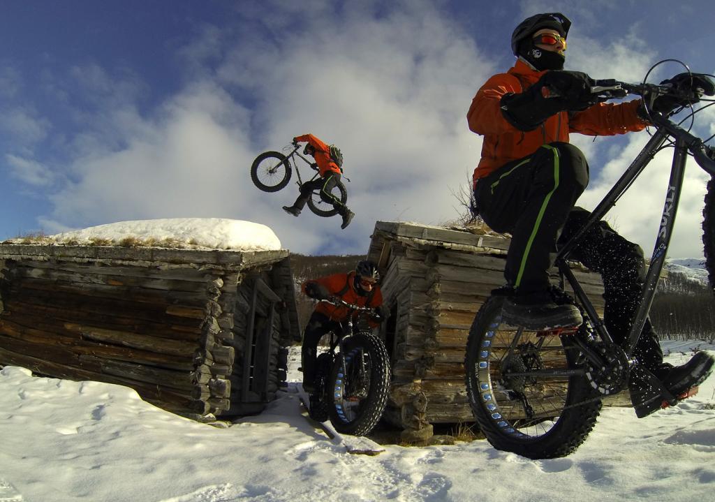 Fat Bike Air and Action Shots on Tech Terrain-g0071687-aret-hopper-over-taket-med-surly-i-handa-seriebilde-1440x-foto-tallak-foto_tallak_zps8b.jpg