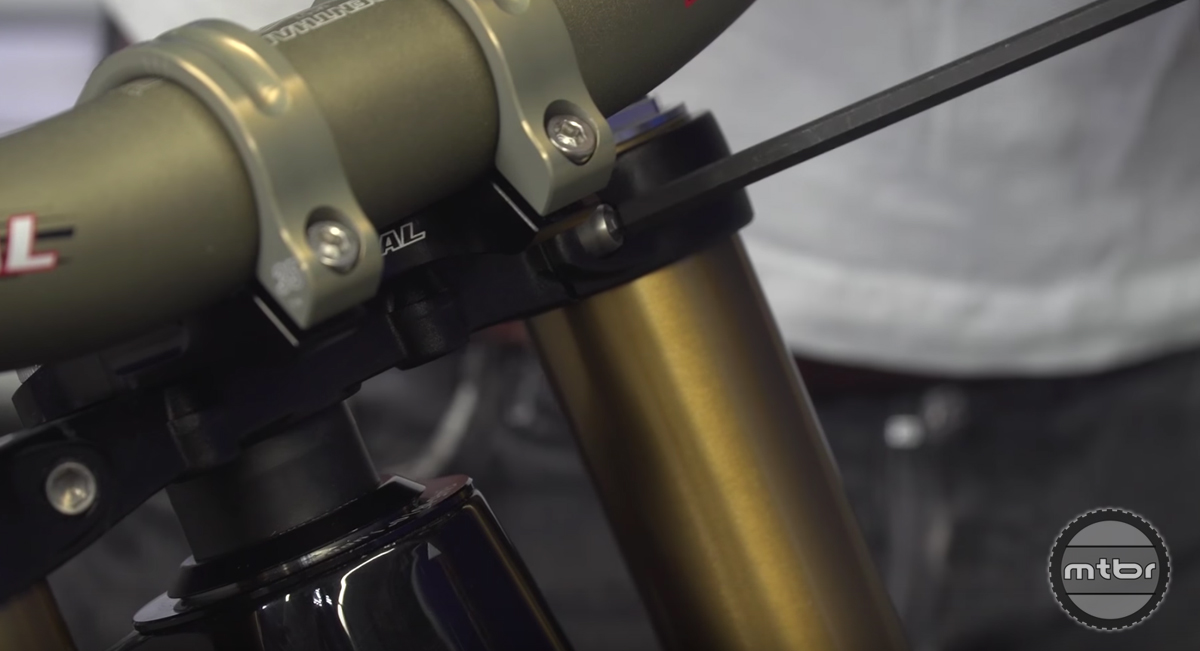 How to tighten a headset on a downhill fork