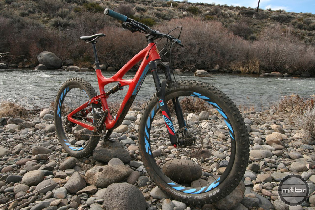 The Mojo 3 brings 2.8-inch plus tire capability to a legendary trail bike.