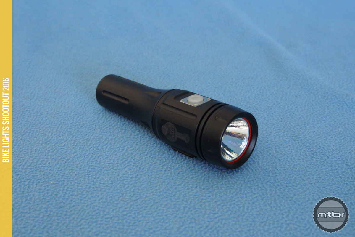 The ITUO Wiz1 800 unit has a good form factor with a big head for cooling. The lens then tapers to the battery area.