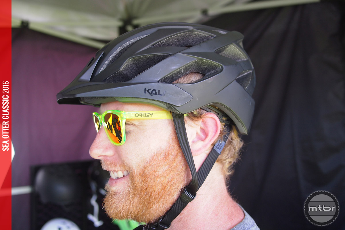 This trail oriented helmet feature plenty of cooling vents (20 in all) and has an amazing price tag.