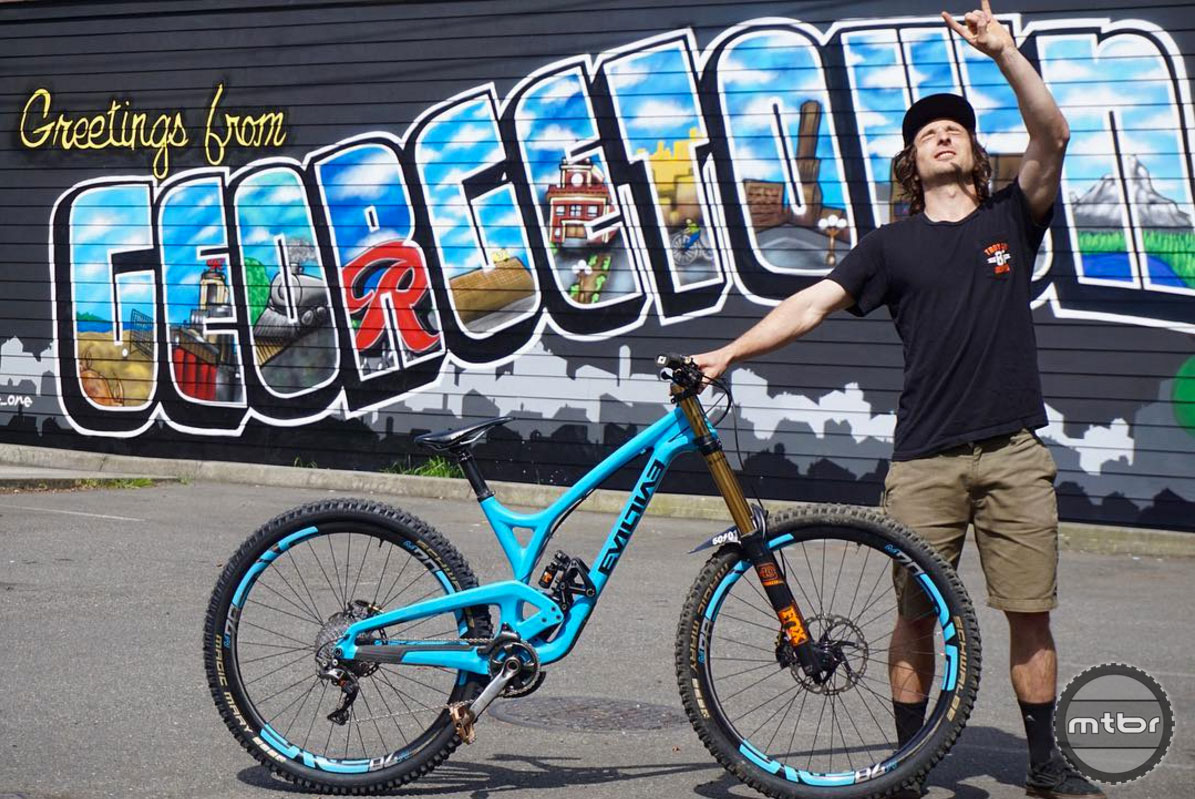 With 29er wheels and 160mm of rear travel, the Evil Wreckoning is capable of decimating anything in its path.