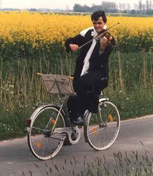 Should the attack/ready position be comfortable? What should it look like?-man-riding-bicycle-playing-violin-funny-picture.jpg