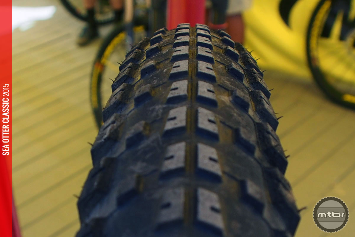 The new Crossmax Pulse is UST tubeless ready with a dual compound and 127 TPI casing.