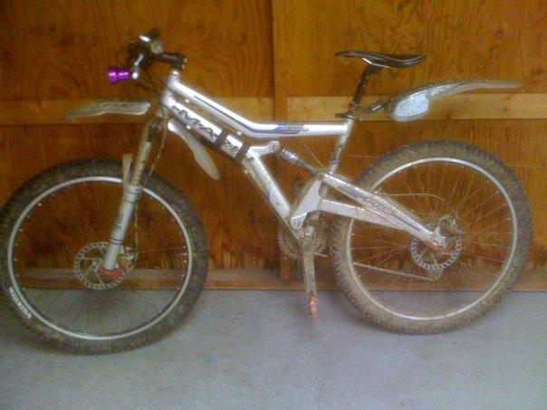 08 DB Recoil with cracked swingarm-muddy-bike.jpg
