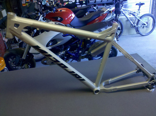 Is the rear triangle on a Argon FR, suppose to be asimetrical...!?-nicolai-argon-fr-1-xl-m.jpg