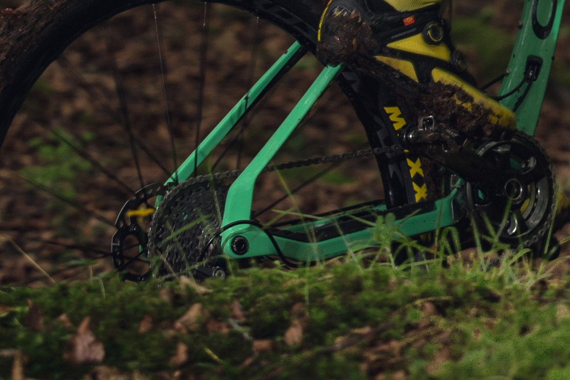 Like the Kona Hei Hei, Cannondale Scalpel,  and others, the Oiz ditches the rear pivot for flex stays.