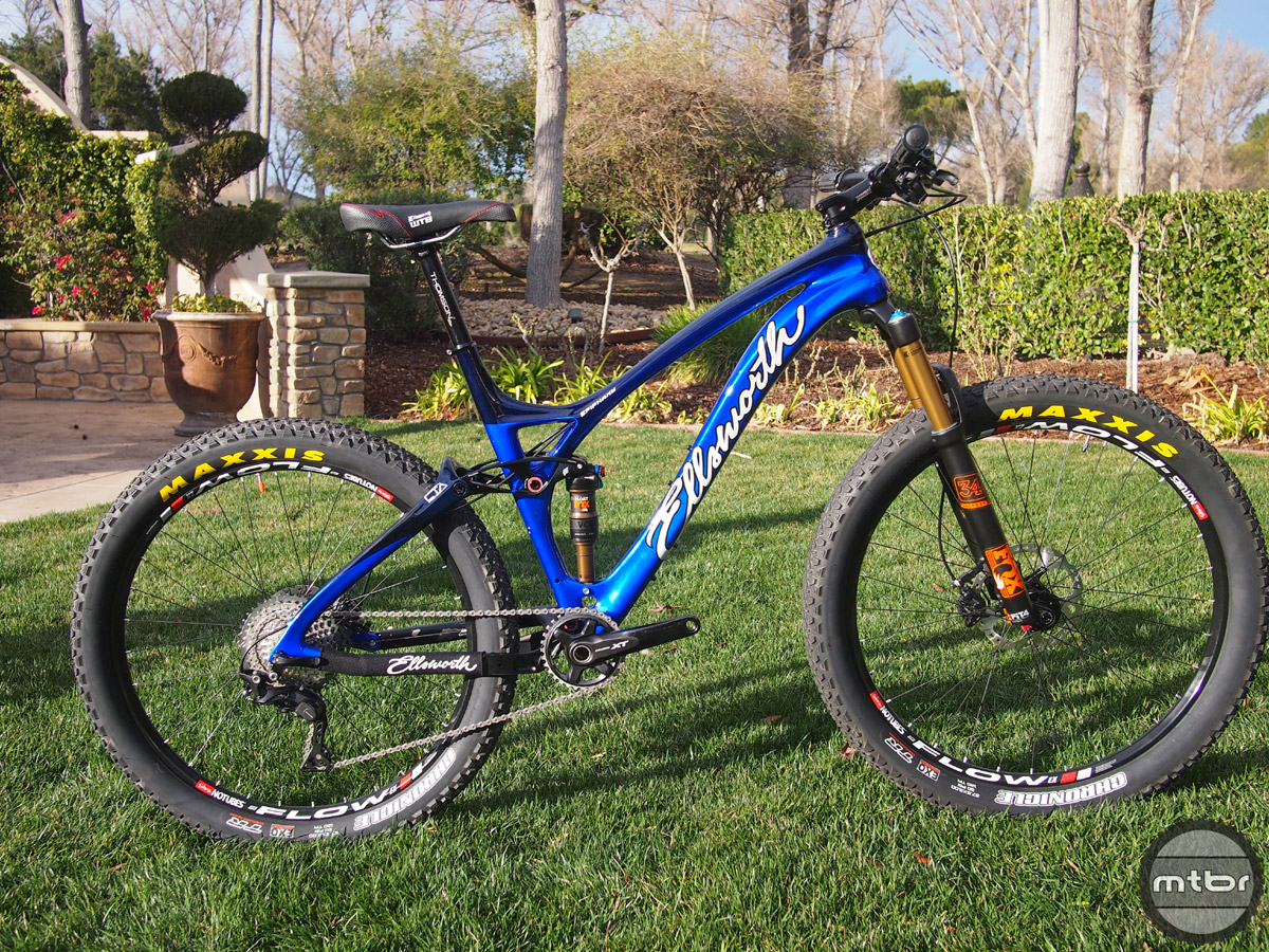 The Epiphany 27.5+ Carbon comes with Maxxis Chronicle tires in 3.00x27.5 size.