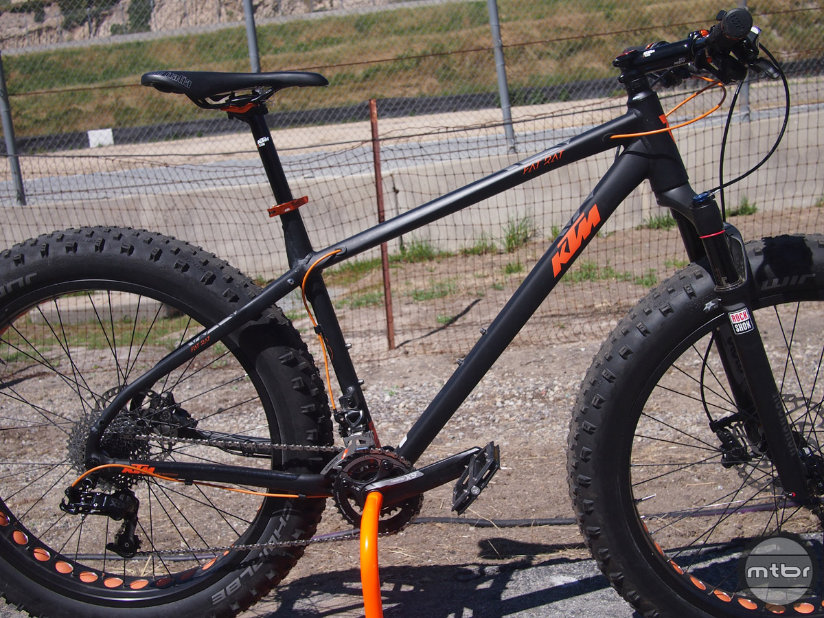 The Fat Rat comes with a RockShox Bluto for with 120mm of travel, a SRAM X9 2x10 drivetrain, Sun Ringle Mulefut wheels and a price of $2,900.