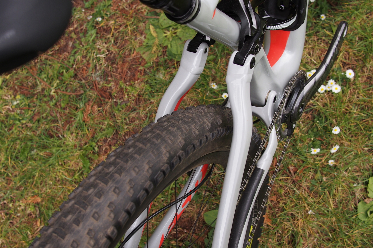 Specialized FSR 6Fattie  features no seatstay bridge to maximize tire clearance and minimize chainstay length