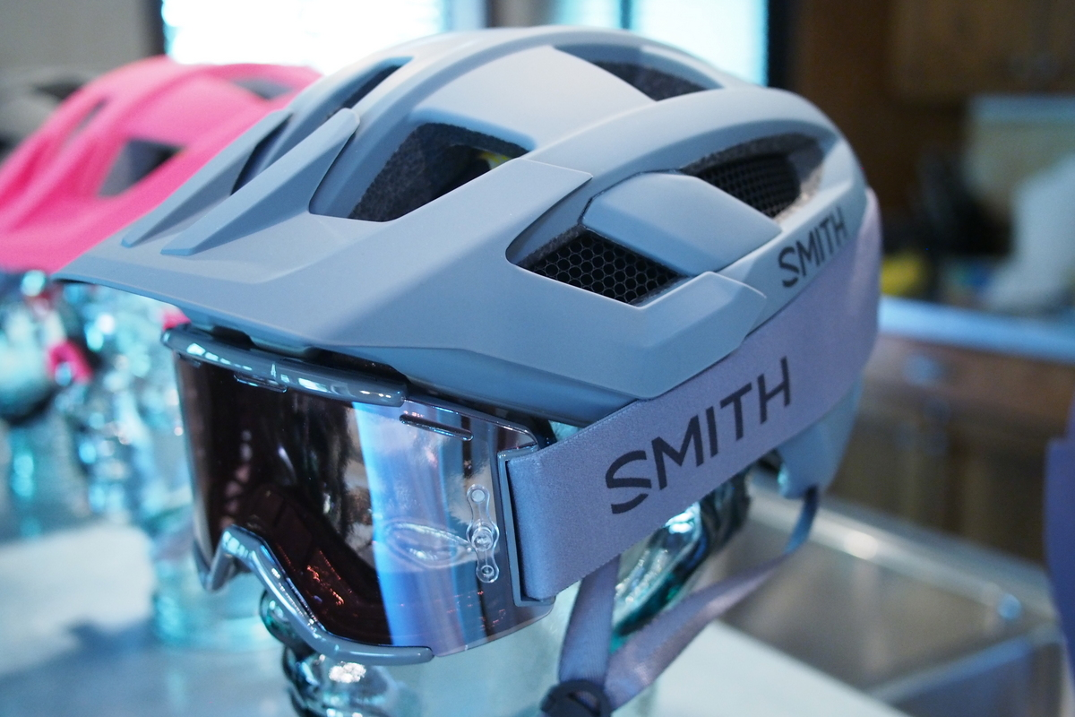 Smith Rover is completely integrated for goggle fit.
