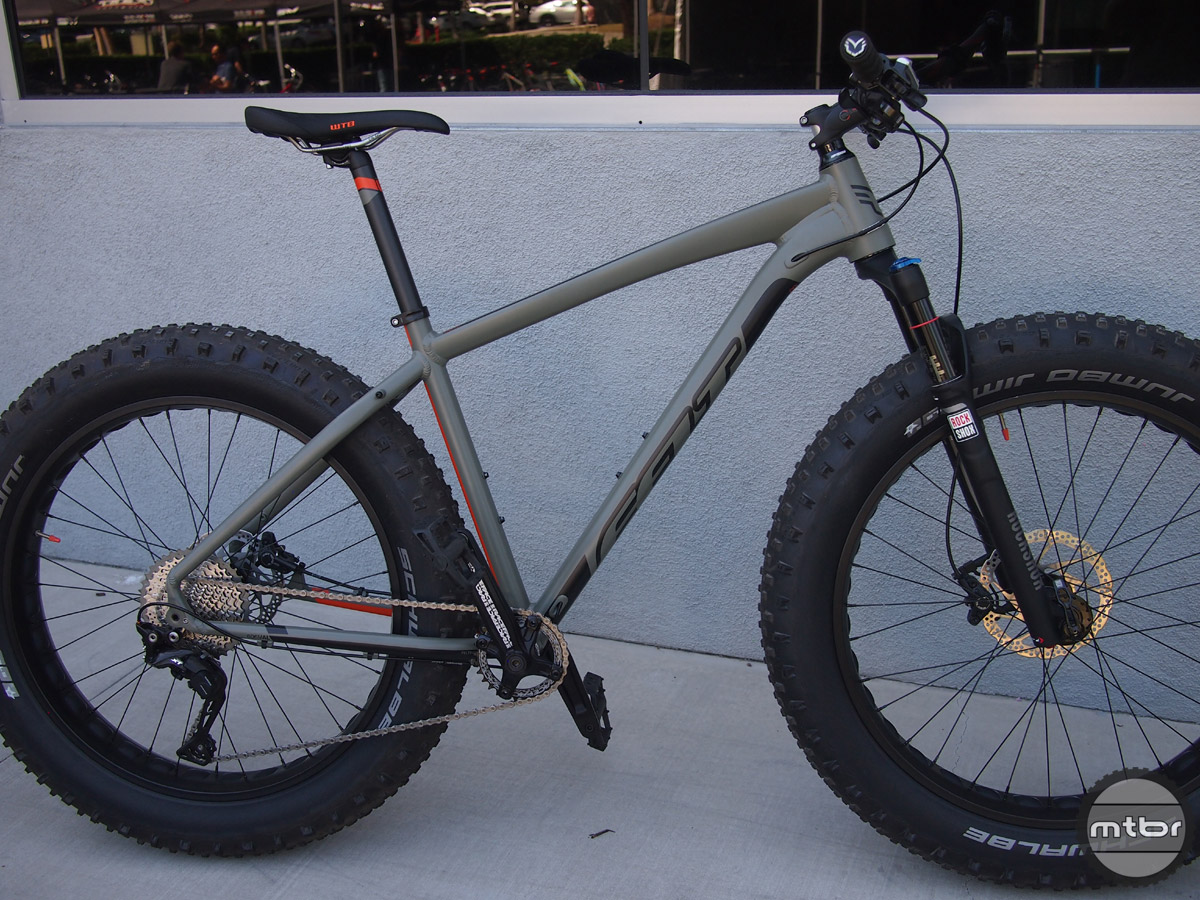 The Felt DD 10 fat bike features a RockShox Bluto fork with 100mm of travel.