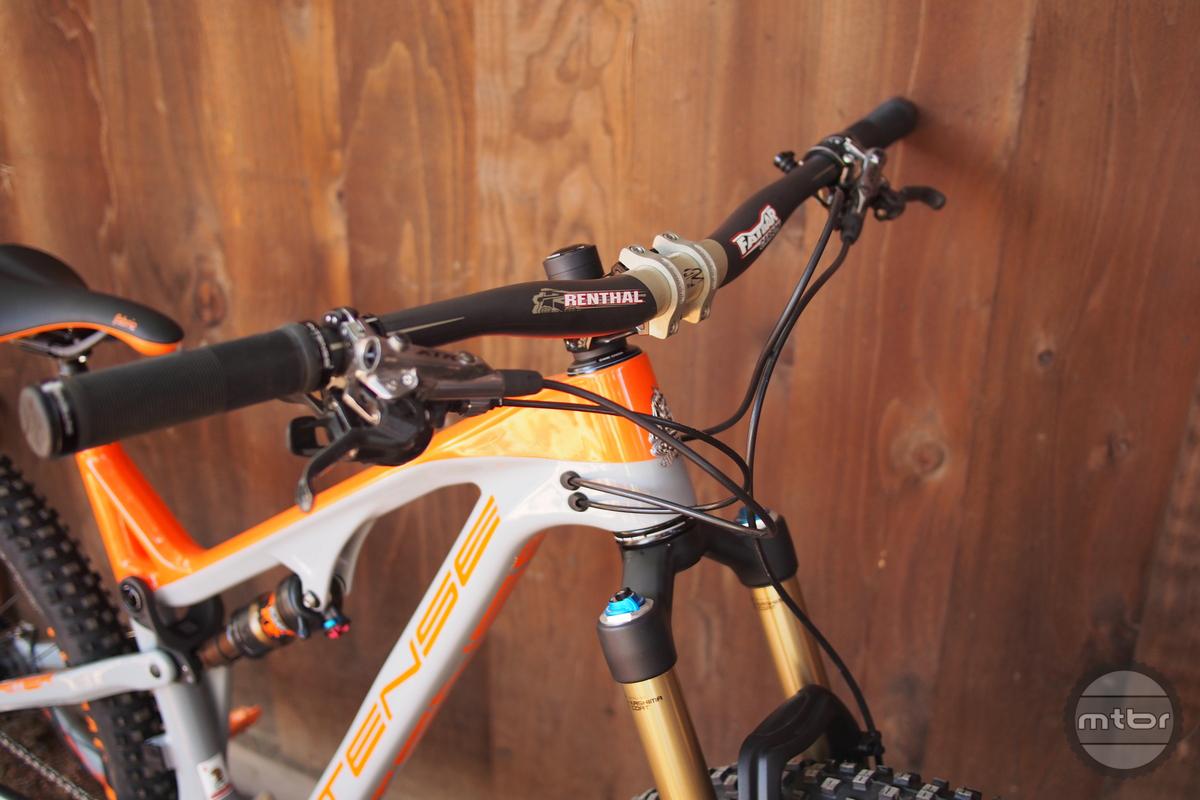 Intense Primer 29er has 750mm carbon Renthal bars.