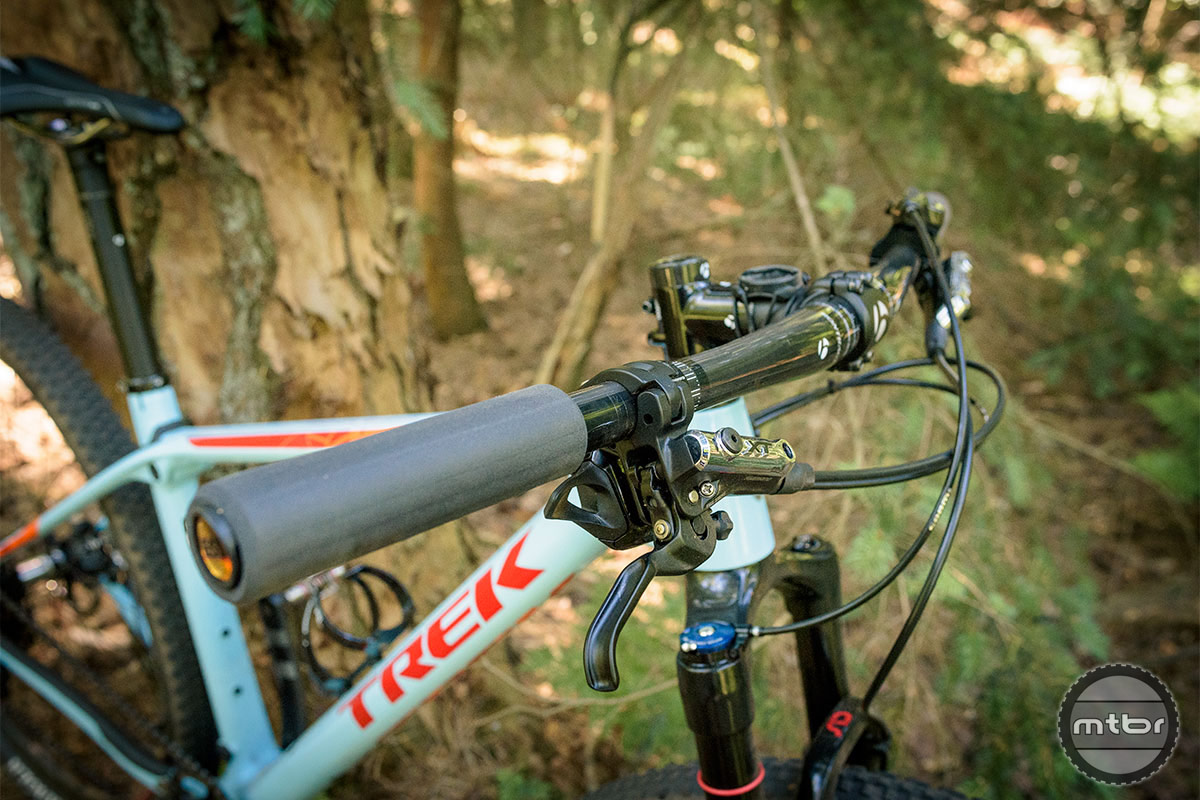 Trek Procaliber 9.8 SL the only place that you'll see cables, is in front of the handle bar. Photo by Jeroen Tiggelman
