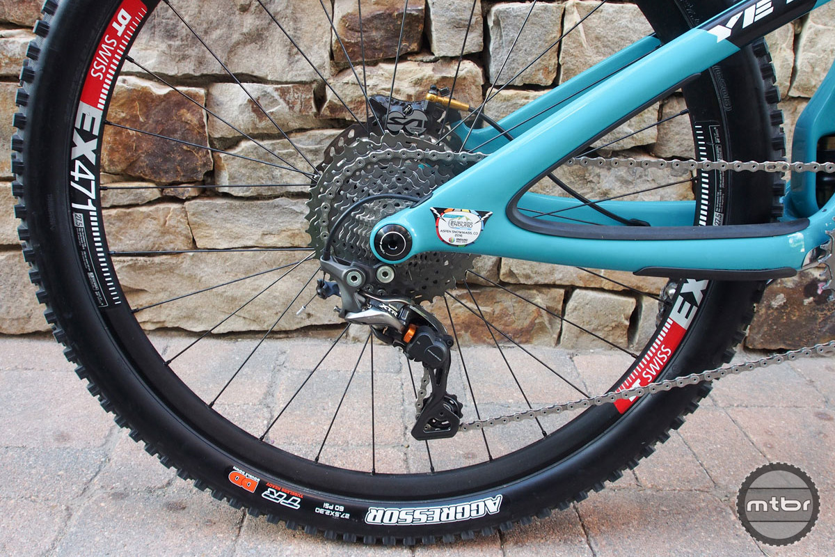 The rear end features a Shimano XTR rear derailleur and some very nice integrated frame protection.