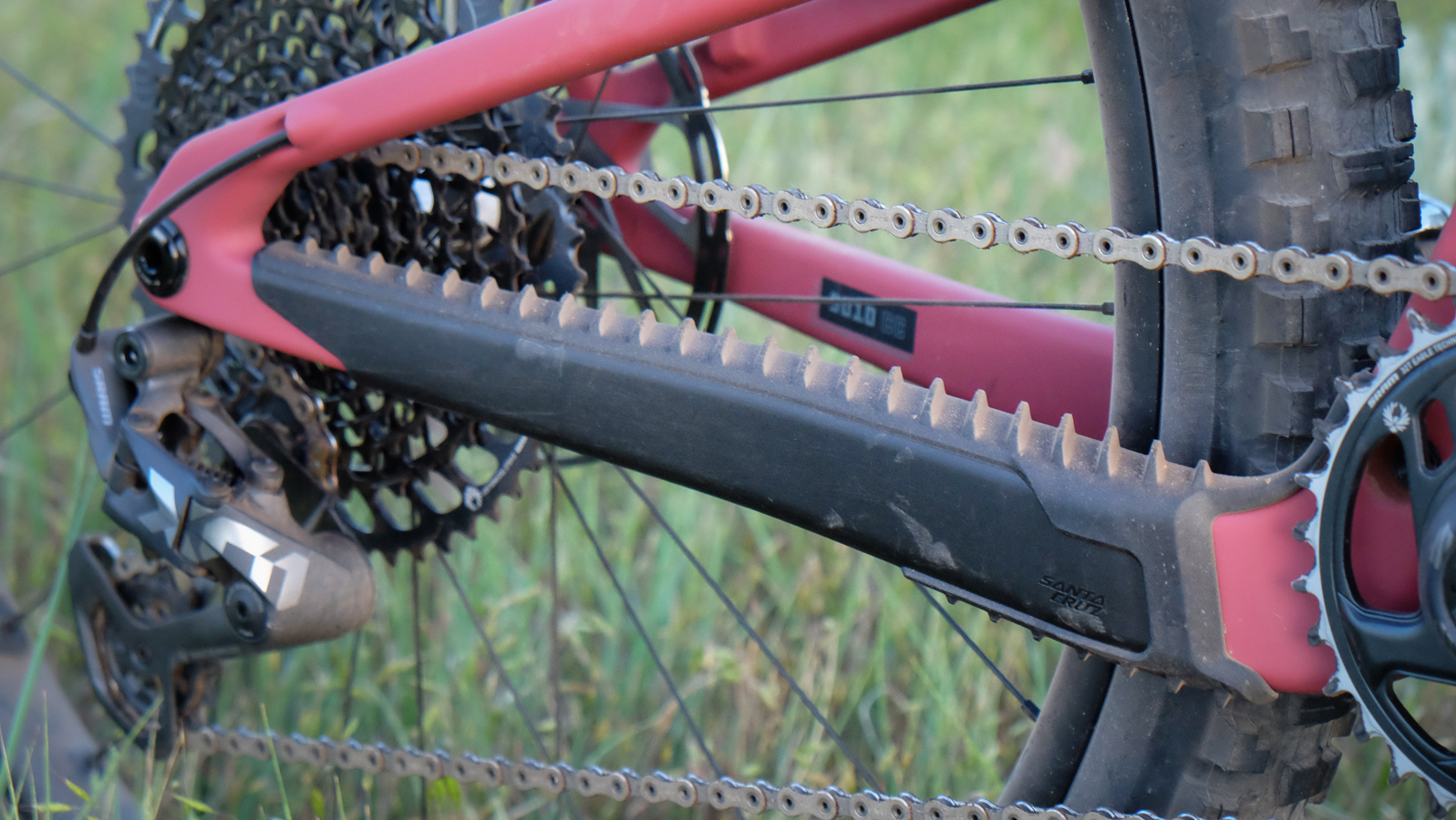 The ribbed chainstay protector silences chain slap.