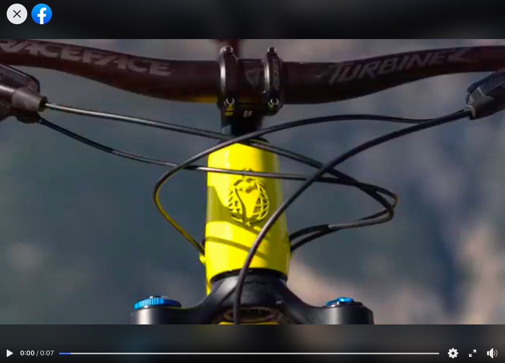 The compression adjustment knob looks like a Fox 36 or possibly even a 38 fork.