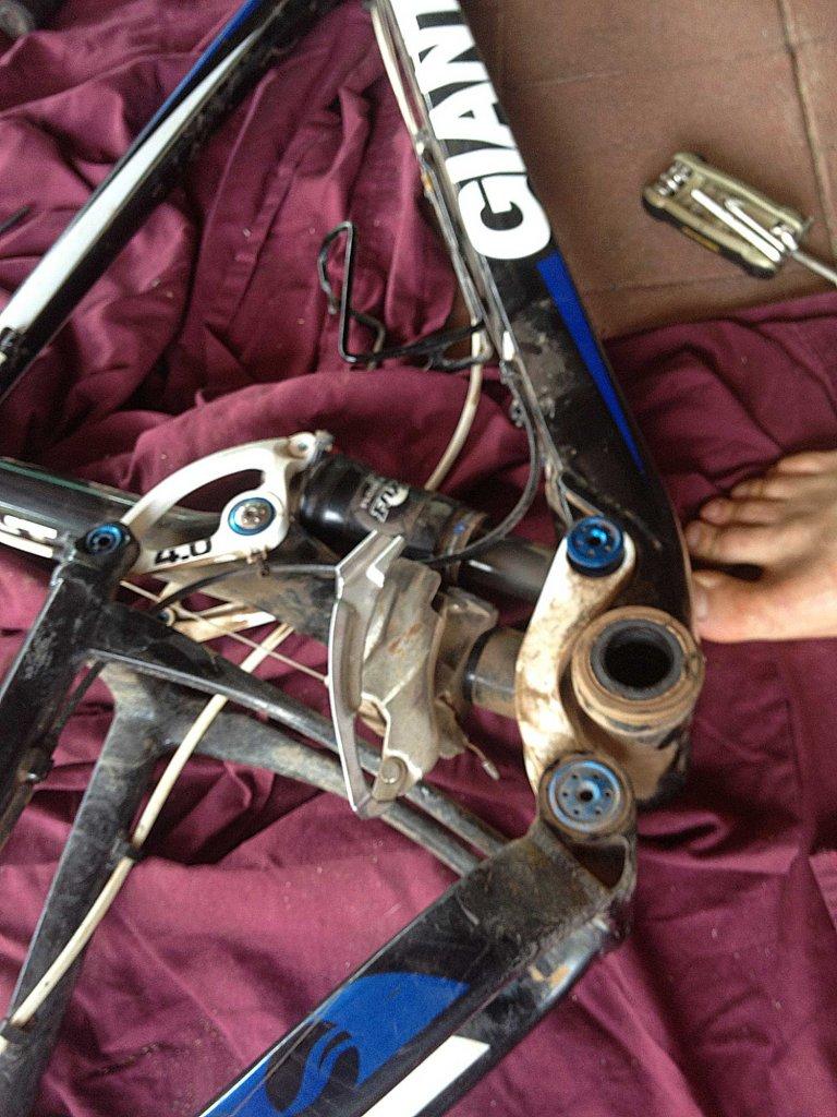 how do I undo the rear shock mounting bolt? - Giant Anthem 2011-shock-1.jpg