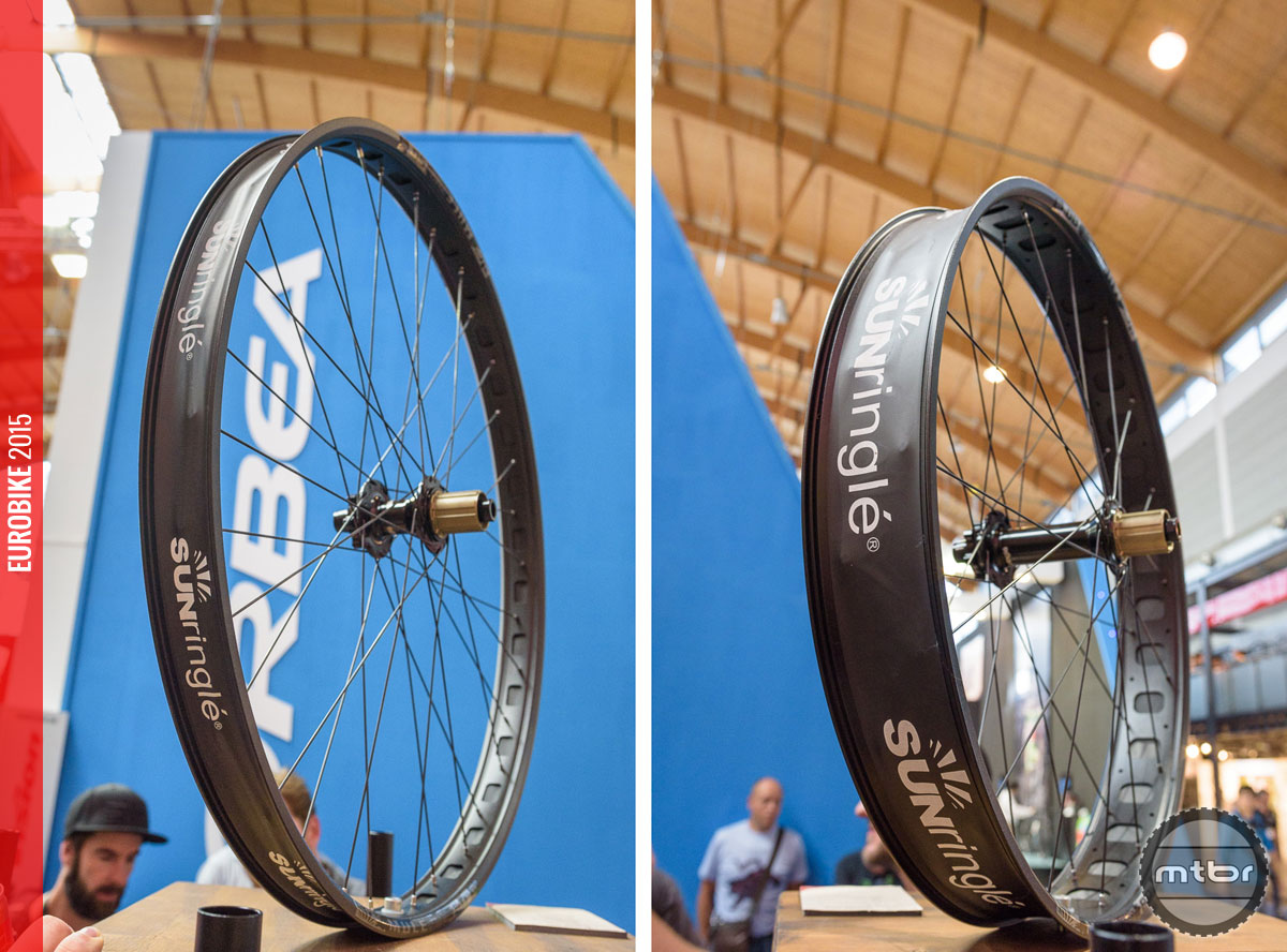 At a more moderate 50mm outer width, the Mulefüt 50 SL wheelset (left) is made for plus size tires. Optical illusion or not – the Mulefüt 80 SL wheelset (right) still is quite big!