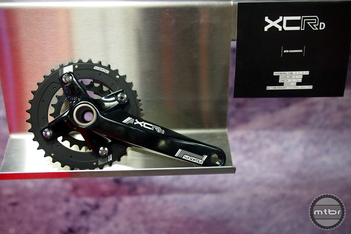The Suntour XCR crankset is available in 170 or 175mm crank lengths and is designed to work with 10 speed drivetrains. It comes with 36/22 teeth or 38/24 teeth rings and it has an external (24mm) bottom bracket.